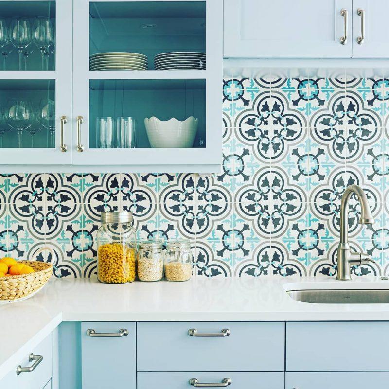 Graceful Kitchen Backsplash in Flowery Blue Pattern